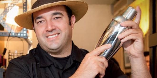 Emiliano Reyes y la coctelera 1