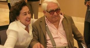 Rosa Guevara al lado de Oswaldo Vigas
