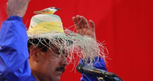 Venezuela's acting President and presidential candidate Nicolas Maduro wears a hat with a bird on it during a campaign rally in the state of Vargas April 9, 2013. Venezuelans will hold presidential elections on April 14. REUTERS/Carlos Garcia Rawlins (VENEZUELA - Tags: POLITICS ELECTIONS) VENEZUELA-ELECTION/