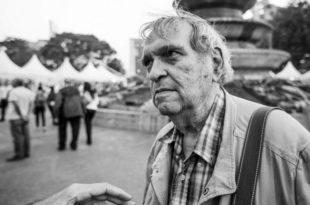 Rafael Cadenas en 2015 en la plaza Altamira de Caracas. FOTO Giuseppe Di Loreto.