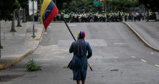 Manifestante y bandera