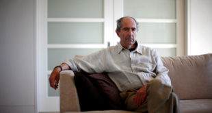 FILE PHOTO - Author Philip Roth poses in New York September 15, 2010.  REUTERS/Eric Thayer/File Photo
