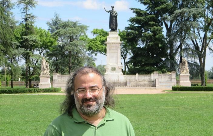 Alencart con la estatua dedicada a Virgilio, en Mantua