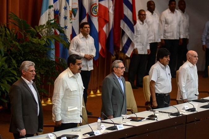 De izquierda a derecha Miguel Díaz-Canel, Presidente de los Consejos de Estado y de Ministros; Nicolás Maduro, Presidente de la República Bolivariana de Venezuela; el General de Ejército Raúl Castro, Primer Secretario del Comité Central del Partido Comunista de Cuba (PCC);  Evo Morales, Presidente del Estado Plurinacional de Bolivia; y José Ramón Machado Ventura, segundo Secretario del PCC, asistieron a la sesión de clausura del XXIV Encuentro del Foro de Sao Paulo, en el Palacio de Convenciones, en La Habana, el 17 de julio de 2018.   ACN  FOTO/Abel PADRÓN PADILLA/sdl
