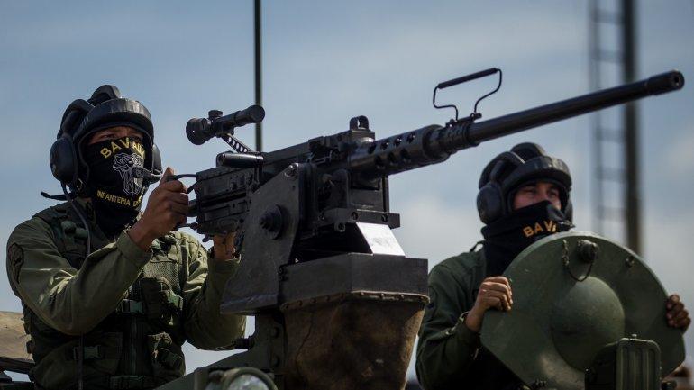 Militares con ametralladora